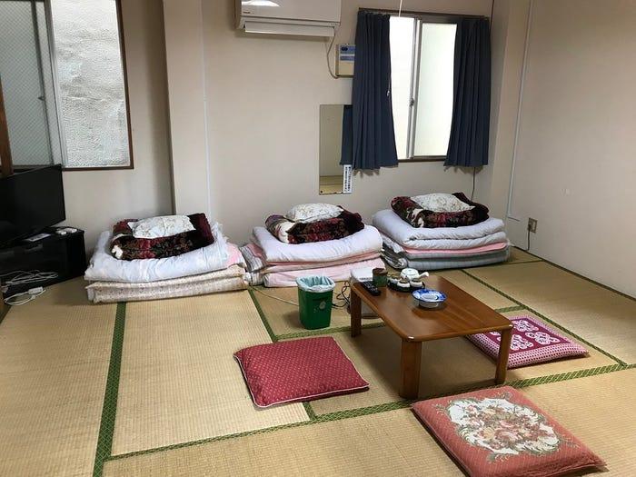 Khách sạn Nhật chỉ thu phí 1 USD/đêm nhưng buộc khách livestream 24/24
