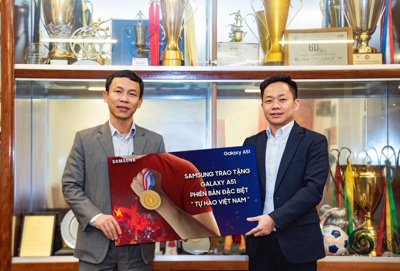 """Samsung tặng Galaxy A51 Phiên bản đặc biệt """"Tự Hào Việt Nam"""" cho tuyển Bóng đá Nam và Nữ vừa đoạt Huy Chương Vàng SEA GAMES 2019"""