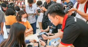 Sáng nay, FPT Shop giao bộ ba smartphone Samsung Galaxy S20