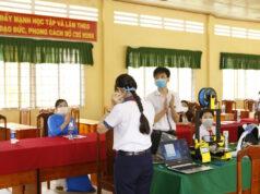 Học sinh Việt Nam in 3D thiết bị hỗ trợ đeo khẩu trang cho nhân viên y tế, học vận hành máy trợ thở