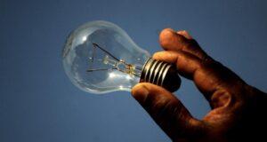 Tin tặc có thể nghe lén từ khoảng cách 25 mét chỉ với một chiếc bóng đèn thông thường