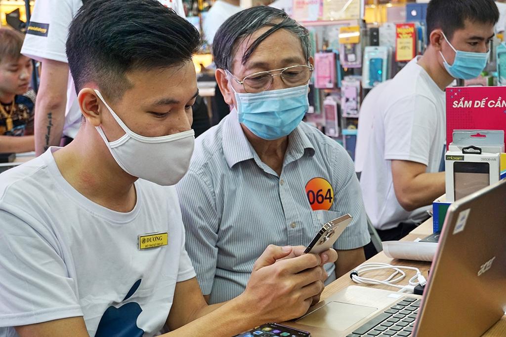 Mở bán iPhone 12 series tại Hà Nội