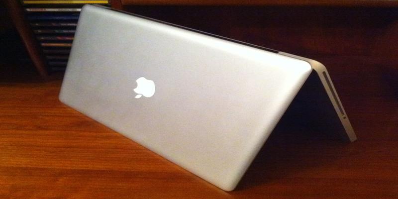 Phải làm gì khi lỡ đổ nước tràn vào MacBook?
