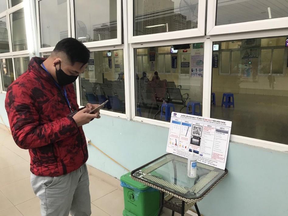 Tiết kiệm thời gian tại bệnh viện những ngày rét đậm nhờ quét mã Zalo QR