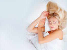 5 lợi ích sức khỏe bất ngờ của việc ngủ trên sàn nhà có thể bạn chưa biết