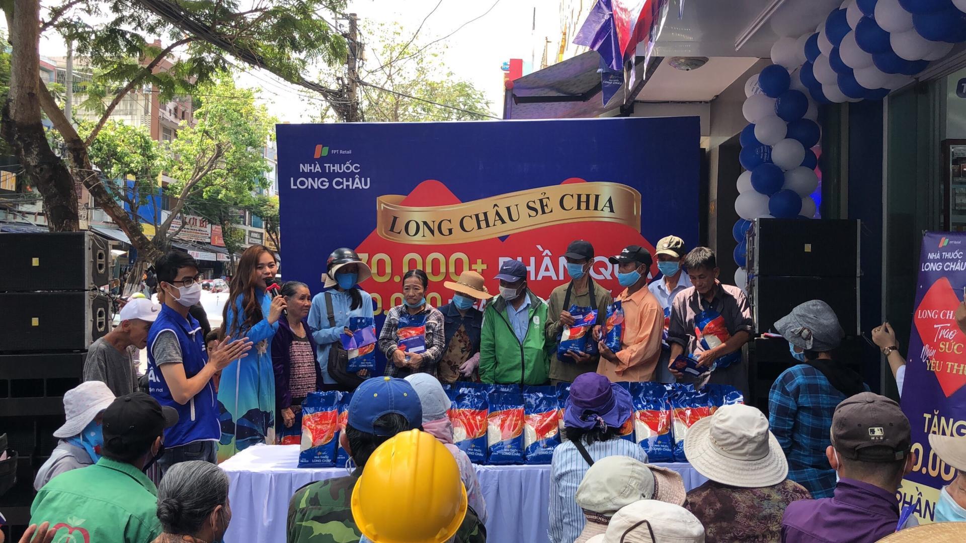 FPT Long Châu trao tặng 210.000 ngày thuốc, 140 tấn gạo trên toàn quốc