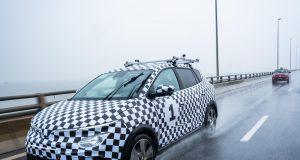 VinFast chạy thử nghiệm ô tô điện VF e34 trên đường đô thị